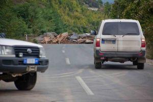 Dy patrulla të forgave të rend it ligjor të misionit Evropian për sun dim të ligjit EULEX, përballen me një barrikadë të Serbëve etnik në hyrje të pjesës së bregut verior të qytetit të trazuar të Kosovës, Mitrovicë. (Foto: Vedat Xhymshiti, për THE Frontliner/Le Monde)