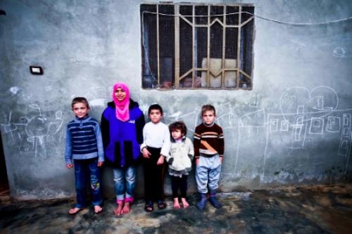 Fëmijë Sirian të mbështetur në murin e një shtëpie të braktisur, aty ku ata kishin gjetur strehim pasi kishin braktisur shtëpinë e tyre në qytetin e trazuar verior Sirian, Aleppo, në dhjetorin e vonshëm të vitit 2012 (Foto: Vedat Xhymshiti/THE Frontliner)