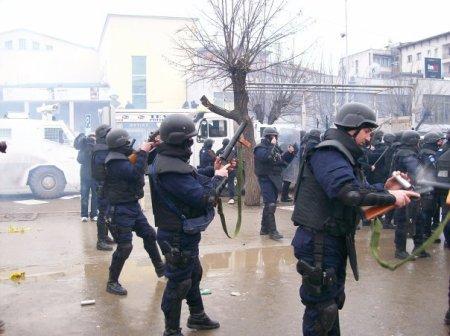 Policët Rumun nën mandatin e OKB-së, duke mbushur armët e tyre për shkrepjen e gazti lotsjellës kundrejt turmës protestuese më 10 Shkurt, 2007