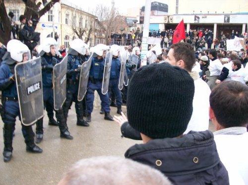 Turma protestuese në përballje me njësitet speciale të shërbimit policor të Kosovës më 10 Shkurt, 2007.