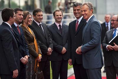 Në foto kryeministri në largim Hashim Thaçi, me ish kryeministrin Britanik Tony Blair, të shoqrëuar nga kabineti qeveritar i qeverisë së Kosovës. (Foto Agron Dragaj, për Zuma Press)