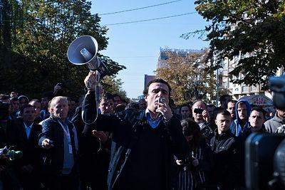 Kreu i partisë 'Lëvizja Vetëvendosje Albin Kurti, dikur në protesta në Prishtinë. (Foto Vedat Xhymshiti, për Zuma Press)