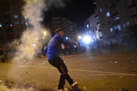 Clashes broke out between Turkish riot policemen and Kurdish protesters in the southeastern city of Diyarbakir on November 1, 2015 after early election results showed a clear victory to the ruling Justice and Development Party (AKP) (AFP Photo/Bulent Kilic)  [click to see the gallery]